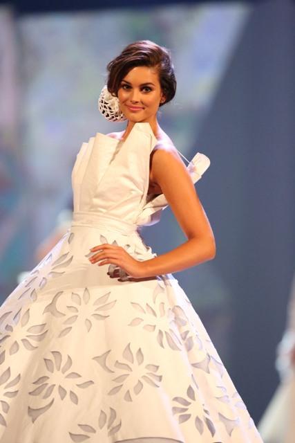 Rolene_Strauss_in_white_dress_3